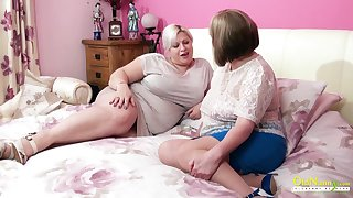 Amazingly sensual mature BBW seduces her join up into having sex with her